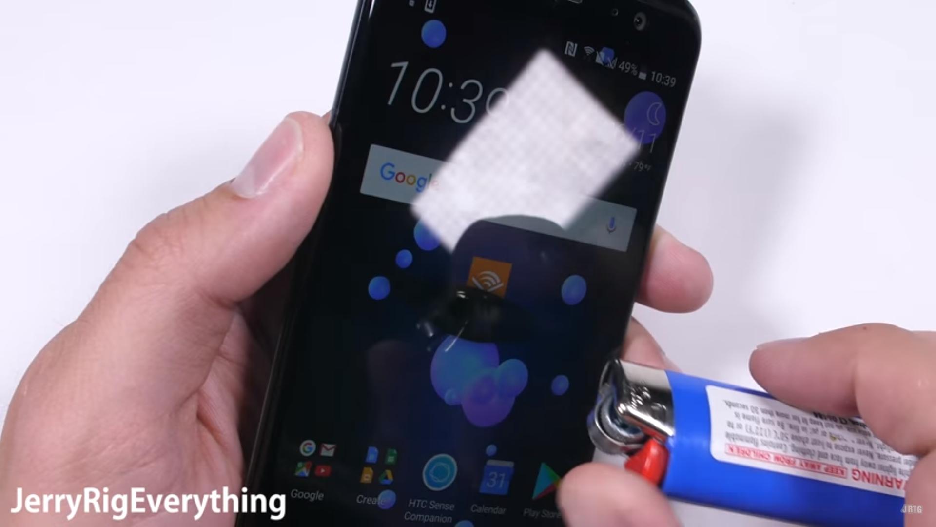 Смартфон HTC U11 тест зажигалкой